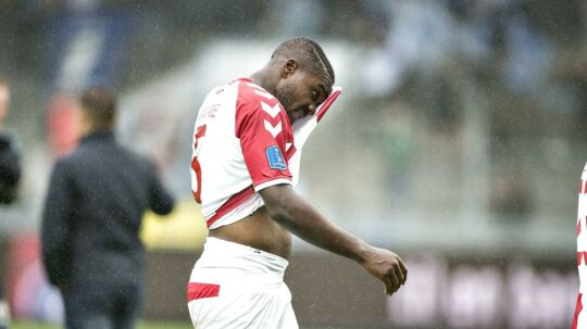 Jores Okore forlader banen efter nederlaget på 1-4 mod Sønderjyske i sin hjemmebanedebut for AaB.