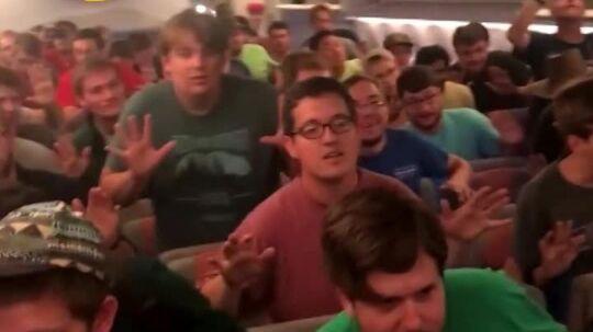 En gruppe korsangere brød ud i sang efter, at deres fly fra Kenya til USA var landet.