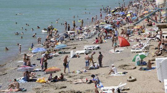 Det våde vejr får danskerne til at søge mod varmere lande, men afbudsrejserne er få og dyre.