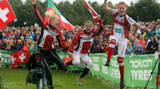 Maja Alm (til venstre) overvejer at blive fast inventar på løbebanen. Scanpix/Kell Sønnichsen/arkiv