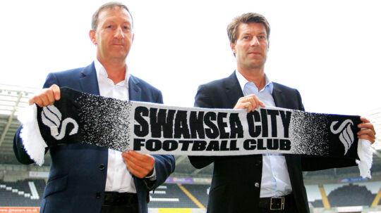 Alt var fryd og gammen i Swansea mellem bestyrelsesformand Huw Jenkins (tv.) og manager Michael Laudrup (th.), indtil Laudrups rådgiver, Bayram Tutumlu, ifølge Jenkins blandede sig for meget i klubbens transferpolitik.