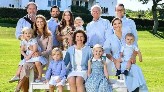 Det svenske kongehus har delt dette familiefoto som en sommerhilsen fra deres sommerresidens på Øland.