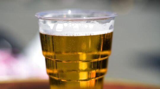 Børn får ikke længere penge for at samle brugt ølkrus sammen på Langelandsfestivalen. Det er en del forældre utilfredse med. (Arkivfoto)