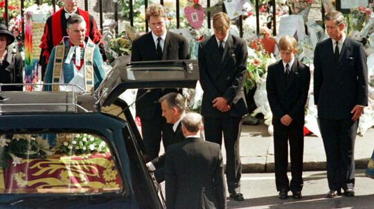 Charles Spencer, Prins William, Prins Harry og Prins Charles så sørgmodigt på, mens Prinsesse Dianas kiste blev placeret i rustvognen efter begravelsesceremonien i Westminster Abbey d. 6 september 1997. Foto: REUTERS/Kieran Doherty/File Photo