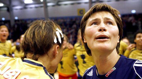 Anja Andersen (th) ses her ved en af sine tre Champions League-triumfer som træner.