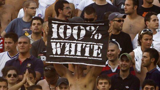 Det her billede af fans med et racistisk banner var med til at give Hajduk Split en hård straf om ingen tilskuere mod Brøndby på hjemmebane.