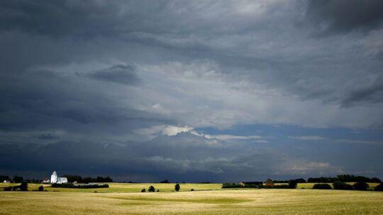 Fredagsvejret byder på både lidt sol og byger med lyn, torden og hagl. (Arkivfoto)