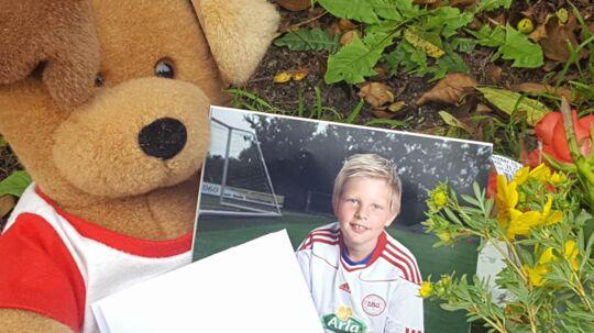 Anders' familie har besøgt stedet, hvor han i går mistede livet. Her har de lagt blomster og tændt lys for den 17-årige dreng. Familien har også afleveret et brev til ham samt lagt et billede, hvor den glade dreng ses i nogle af de omgivelser, han holdt mest af, nemlig på en fodboldbane. Privatfoto.