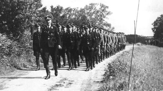 Schalburgkorpset marcherer ved Høveltegaard.