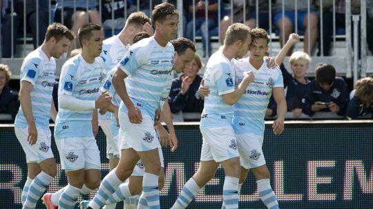 Glade Helsingør-spillere fejrer André Riels første mål mod FCM. FC Helsingør vandt kampen 2-1, og André Riel scorede begge mål for nordsjællænderne.
