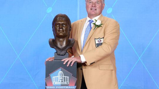 Morten Andersen poserer med de to synlige beviser på, at han nu er et af i alt 310 medlemmer af Pro Football Hall of Fame: guldjakken og bronzebusten, som er skabt til at holde i 40.000 år. Foto: USA Today Sports