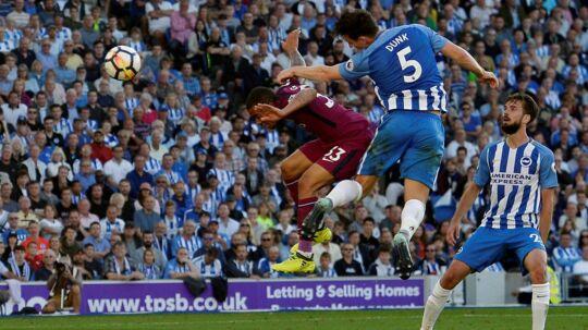 Lewis Dunk fra Brighton (blå bukser) laver selvmål i kampen mod Manchester City, som oprykkerne tabte 0-2.