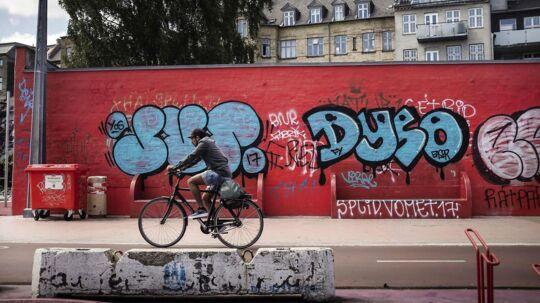 Beboer på Nørrebro fortæller, hvordan han sammen med sine børn nu forlader legepladsen ved Den Røde Plads på Nørrebro inden klokken 18. Bandekonflikten i København har betydet flere skyderier i de seneste uger, og nu er børnene bange.