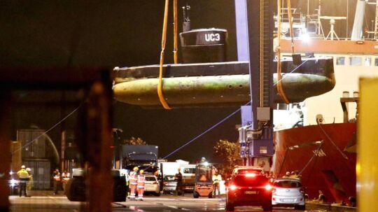 Ubåden Nautilus bliver løftet over på en lastbil fra bjærgningsskibet Vina i Københavns Nordhavn, lørdag aften den 12. august 2017.