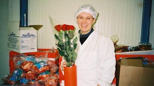 Her står Rebecca på sit arbejde på slagteriet i 2001, der hvor hun mødte Hjalti. I hånden har hun den første buket blomster, han gav hende.