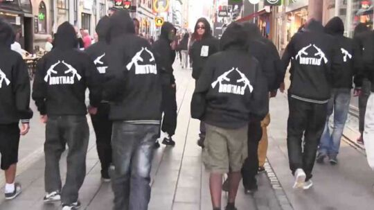 Medlemmer af Brothas går i flok på Strøget. Arkivfoto: Local Eyes.