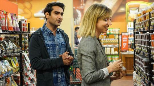 Komikeren Kumail Nanjiani har sammen med sin hustru Emily (spilles af Zoe Kazan) skrevet manuskriptet til denne autentiske komedie om deres første møde og tid sammen – og om kulturforskellen i begges opvækst. Foto: Scanbox