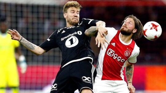 Niklas Bendtner i kamp med landsmanden Lasse Schöne.