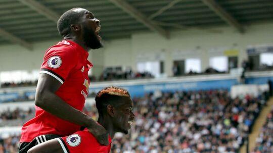 Romelu Lukaku og Paul Pogba, der begge scorede i opgøret lørdag mellem Swansea og Manchester United, fejrer en scoring.
