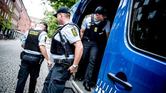 Mobil politistation bliver sat op på Blågårds Plads på Nørrebro i København den 10. august 2017. Politiet har efter de mange skyderier i den seneste tid sat en mobil politistation op på Nørrebro. Den mobile politistation skal være med til at skabe tryghed og det betyder, at borgere er velkommen til at komme forbi til en snak. Udover at der er indsat en mobil politistation, hvor betjente vil være tilstede, så vil der også gå betjente rundt i det område, hvor den mobile politistation holder parkeret.. (Foto: Mads Claus Rasmussen/Scanpix 2017)