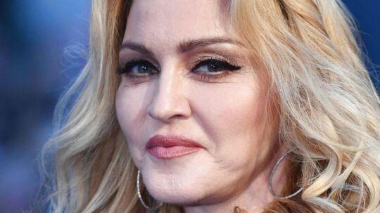 59-årige Madonna viser et kuriøst billede af sine seks børn.