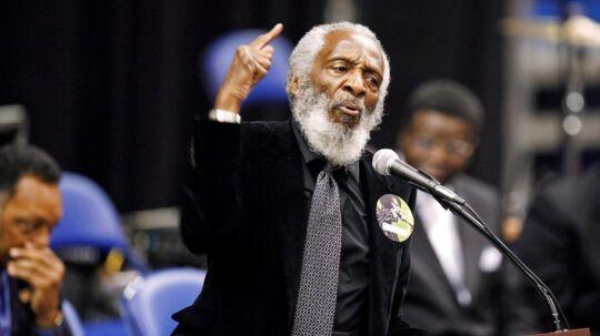 ARKIVFOTO. Komiker og aktivist Dick Gregory holdt en tale for sangeren James Brown, da han blev begravet i 2006.