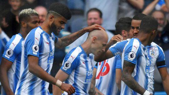 Philip Billing klapper målscorer Aaron Mooy på hovedet i søndagens 1-0-sejr over Newcastle.