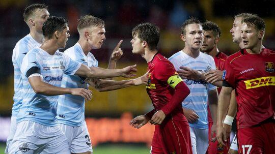 FC Nordsjælland (røde trøjer) er gået alene i udbrud i Superligaen efter sejren over FC Helsingør - og de drømmer om Europa.