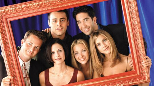 Fra venstre, Matthew Perry (Chandler Bing), Courteney Cox Arquette (Monica Geller), Matt LeBlanc (Joey Tribbiani), Lisa Kudrow (Phoebe Buffay), David Schwimmer (Ross Geller) og Jennifer Aniston (Rachel Green).