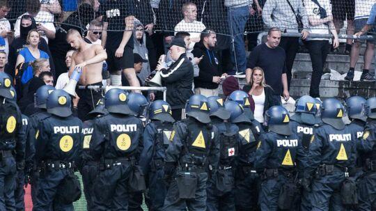 FCK-direktør Anders Hørsholt om tilskueruroen i forbindelse med kampen ude mod Brøndby: »Måske skulle vi straffe politiet for pligtforsømmelse.«