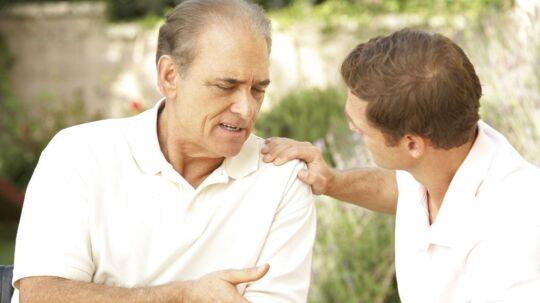 Hver tredje voksne dansker taler sjældent eller aldrig med sine forældre om deres helbred. Men det er en god idé at tage snakken - den kan nemlig redde liv. Arkivfoto: Iris