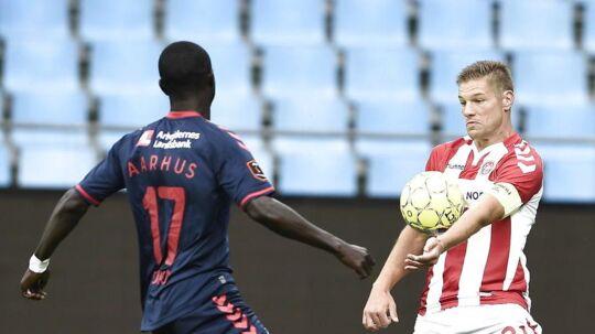 AaB-veteranen Kasper Risgård i duel med AGF's Adama Guira i lørdag aftens målløse Superliga-kamp.
