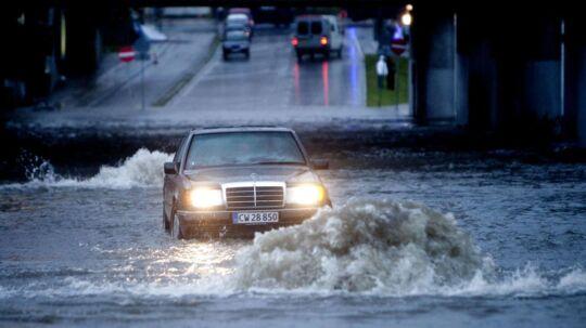 Den kraftige nedbør i nattetimerne kan give problemer på vejene.