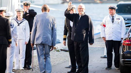 Her ankommer Prins Henrik til middag på Kongeskibet Dannebrog, der ligger til kaj ved Amaliehaven, i anledning af H.H. prins Nikolais 18 års fødselsdag, hvor H.M. Dronningen kl.19.00 mandag d. 28. august 2017 holder middag på skibet.
