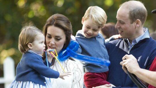 Prins William og hertuginde Kate med deres to børn, prinsesse Charlotte (tv) og prins George (nr. to fra højre). Den tre-årige prins er altid iført shorts, når han foreviges af fotograferne, og det er der en helt særlig grund til.