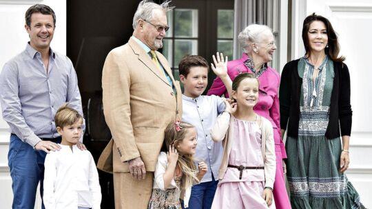 Kongefamilien går nogle hårde år i møde, i takt med at prinsens sygdom udvikler sig.