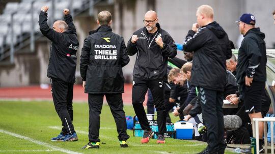 Tilfredshed hos cheftræner Olafur Kristjansson og Randers FCs bænk efter Superliga-kampen mellem AGF og Randers FC på Ceres Park i Aarhus. Randers vandt lokalopgøret 4-1.