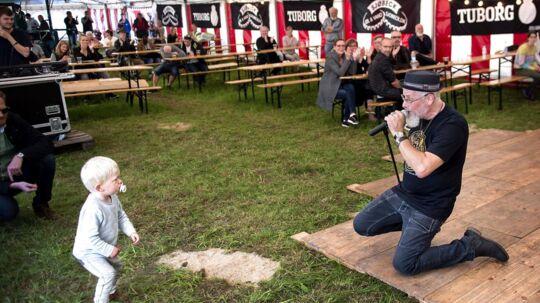 'Born to Be Wild' synger forsanger Hernrik Mai. Sangen, der stammer fra filmen 'Easy Rider' er blevet en slags rock'n'roll statement. Også purken til venstre tilsyneladende.