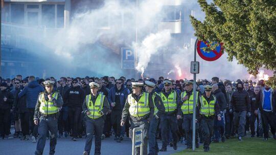 Trine Bramsen kalder det vanvittigt, at politiet skal bruge mange ressourcer på fodboldkampe. Billedet her er fra en tidligere kamp mellem Brøndby og FCK