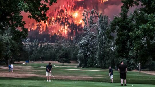 Eagle Creek wildfire burns as golfers play at the Beacon Rock Golf Course in North Bonneville, Washington, U.S. on September 4, 2017. Picture taken on September 4, 2017. REUTERS/Kristi McCluer. (Foto: STRINGER/Scanpix 2017)