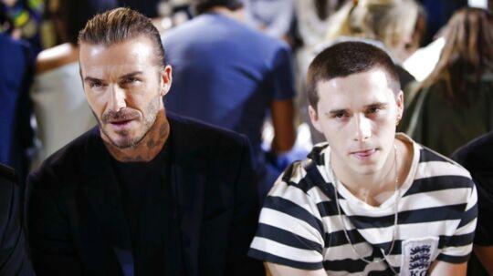 Her Brooklyn Beckham med sin far David Beckham til Victoria Beckhams modeshow i New York i september 2017.
