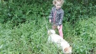 Treårige Sarah med hunden Manfred.