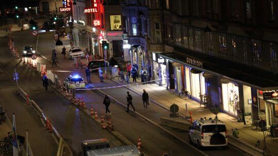 Vesterbrogade er spærret mandag aften, efter en kvinde faldt ud fra en bygning: Foto: Mathias Øgendal