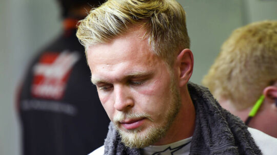 Hot and sweaty Kevin Magnussen (Haas-Ferrari) in the pits after practice for the 2017 Singapore Grand Prix at the Marina Bay circuit. Photo: Grand Prix Photo. (Foto: Grand Prixphoto/Scanpix 2017)
