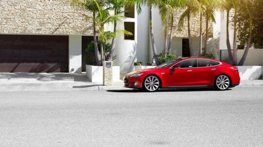 Salget af elbiler kommer til at lide under, at politikerne ikke kan finde frem til en langsigtet løsning, siger Dansk Elbil Alliance. Free/Tesla