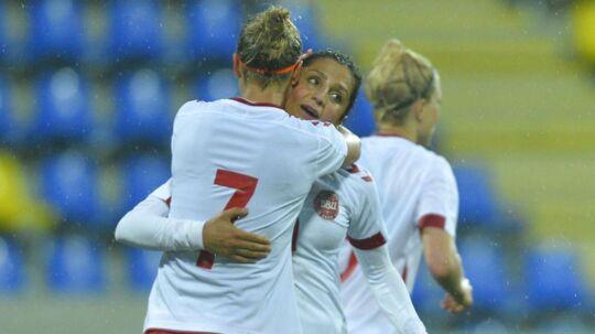 Sanne Troelsgaard (7) fejrer her et af sine tre mål mod Ungarn. Den danske landsholdsangriiber garanterer, at konflikten med DBU er forbi på søndag.