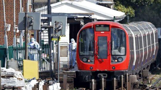 Politiets teknikere sikrede sig fredag spor efter en hændelse i Londons undergrundsbane, der blev betegnet som terrorisme efter, at 30 personer blev såret. AFP PHOTO / Adrian DENNIS