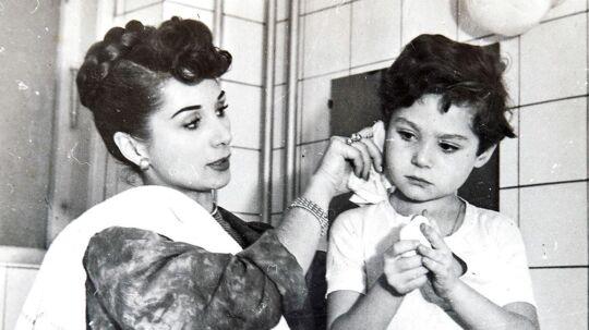 Benny med sin mor inden en forestilling. 'Alle fortalte mig, hvor smuk, min mor var. Det irriterede mig. Hun skulle bare være min mor'.