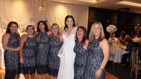 Her ses de seks piger i den same kjole til Julian Mammones bryllup.
