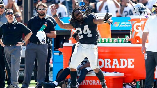 Marshawn Lynch dansede på sidelinjen under kampen mod New York Jets, som Oakland Raiders vandt 45-20. Foto: AFP